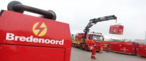 Stromaggregat wird auf einen Laster verladen