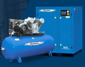 blauer Kompressor vor Kompressorenschrank