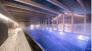 Das Schwimmbad auf dem Dach bei Nacht