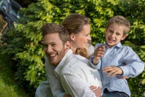 junge Familie fröhlich in der Natur
