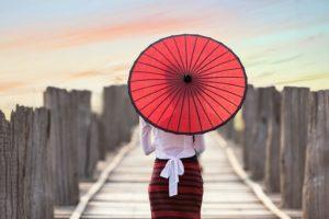 Frau mit einem asiatischen Sonnenschirm