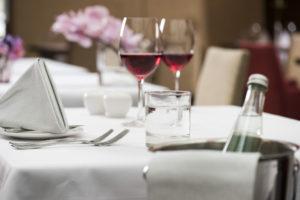 Mineralwasser betont die Aromenvielfalt eines Weins