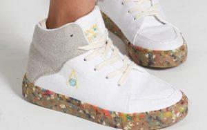 Sneaker mit bunter Sohle aus Kork und Kokosnuss