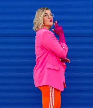 Frau in Pink vor blauem Hintergrund