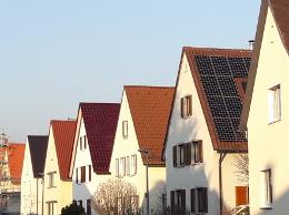 eine Häuserreihe im Sonnenschein
