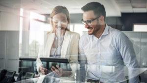 Mitarbeiter im Büro nutzen die digitalen Möglichkeiten