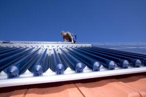 Mann auf einem Solardach