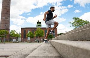 Mann joggt Stufen hoch