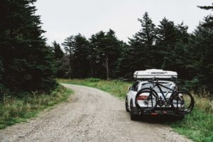 Räder auf dem Heckträger eines Fahrzeuges