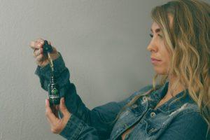 Junge Frau mit CBD Öl
