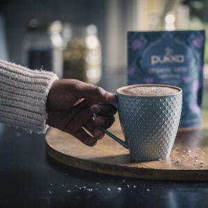 Hand greift nach einer Tasse