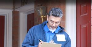Auslieferungsfahrer notiert mit Stift und Papier