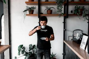 ein Google Mitarbeiter trinkt eine Tasse Kafee
