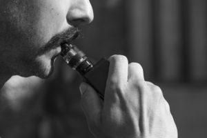 Mann zieht an E-Zigarette