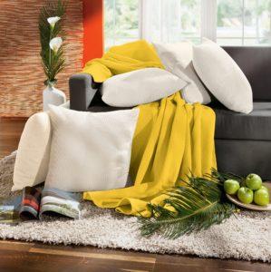 Sofa mit Kissen und Decken