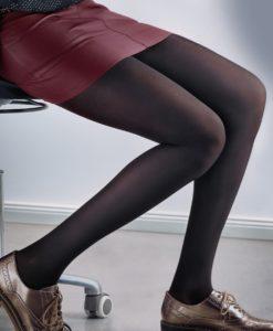 bestrumpfte Beine auf Bürostuhl