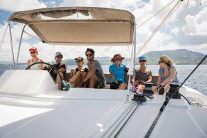 eine Gruppe von Menschen hinter dem Steuer einer Yacht