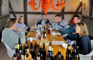 Menschen um einen Tisch mit vielen Flaschen