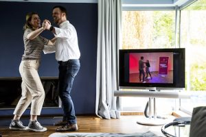 ein Paar tanzt im eigenen Wohnzimmer