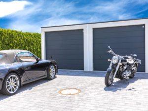 zwei Garagen, ein Auto und ein Motorrad